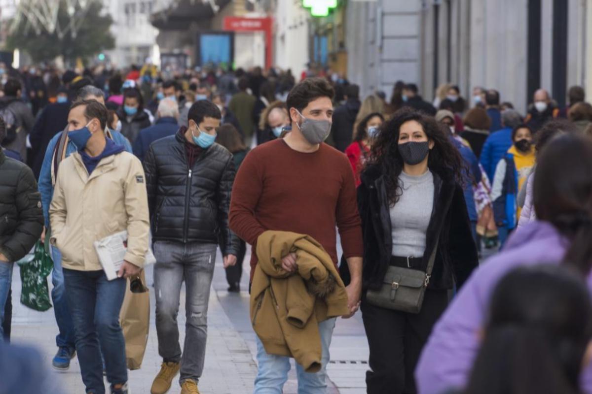 Ciudadanos pasean por la calle Preciados, ayer, domingo