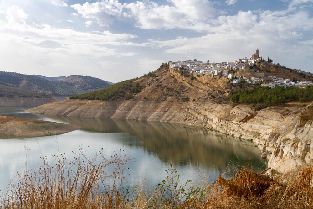 Otra imagen del pueblo de Iznájar a orillas del embalse.