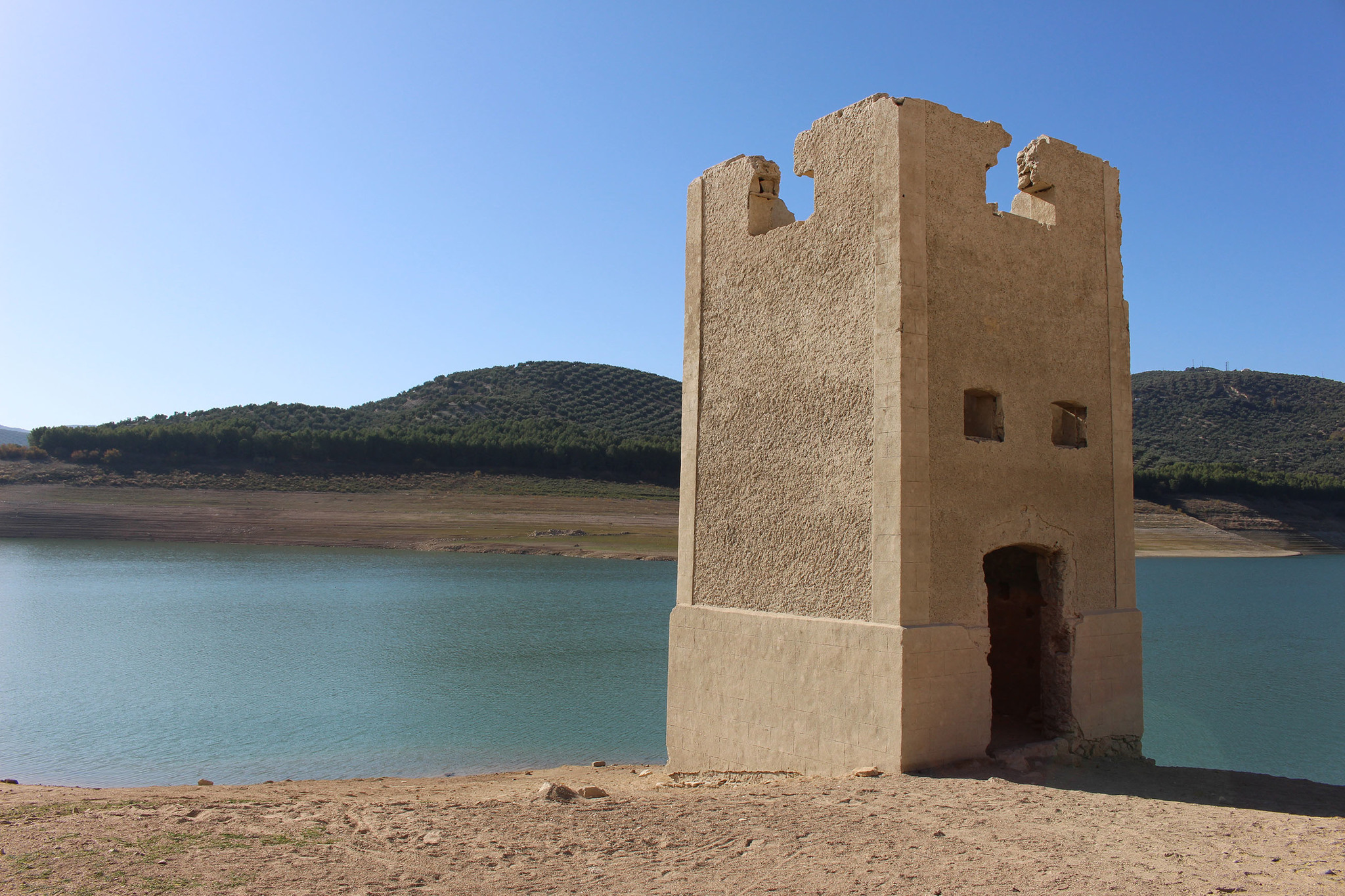 Una torre de luz queda a la vista con la bajada de las aguas.