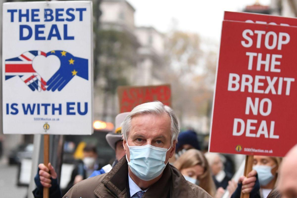 Manifestantes contra el Brexit rodean a Michel Barnier en Londrres.