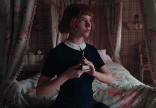Otra imagen de Beth Harmon (Anya-Taylor Joy), en sus años mozos. NETFLIX.