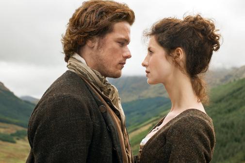 La pareja protagonista de 'Outlander', en pleno arrumaco en las Highlands.