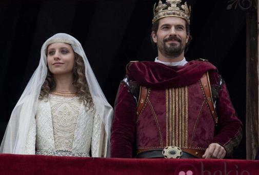 Tanto montan, montan tanto. Unos estilizados Isabel y Fernando saludan desde el palco.