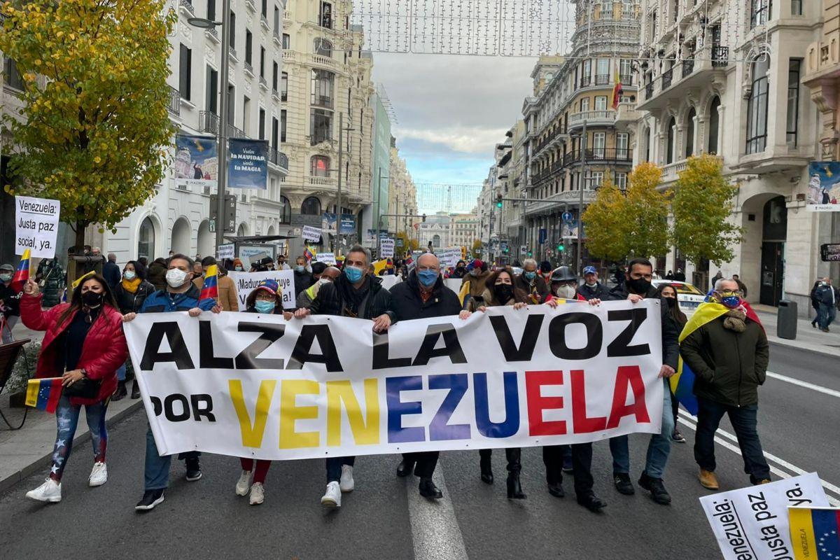 La marcha convocada por la oposición venezolana, a su paso por Gran Vía.