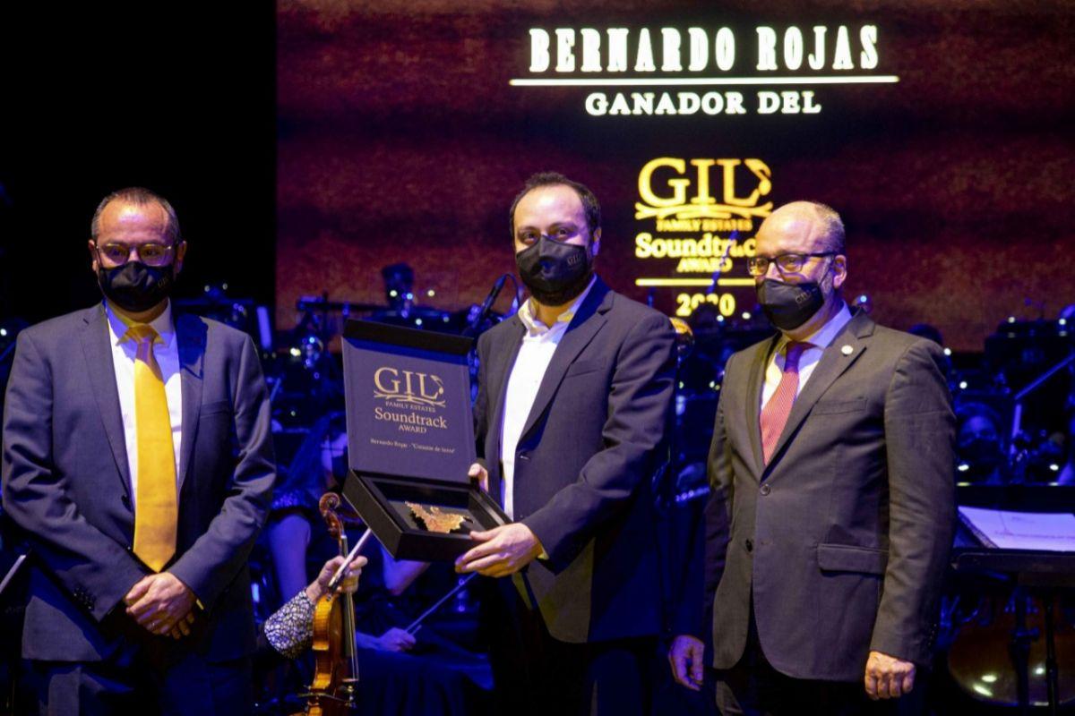 Los hermanos Ángel y Miguel Gil y el ganador, del premio, Bernardo Rojas.