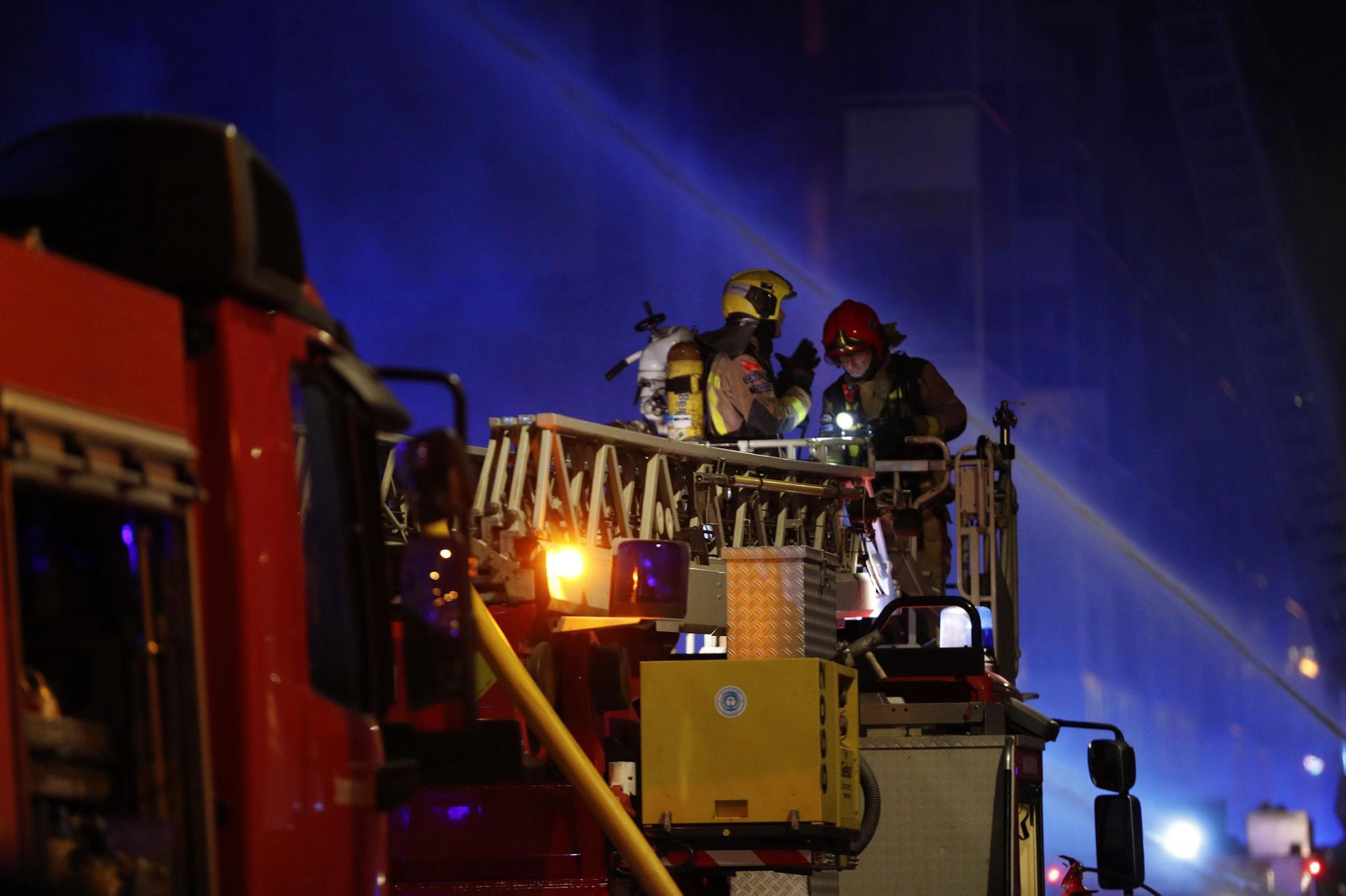 GRAF2596. lt;HIT gt;BADALONA lt;/HIT gt; (BARCELONA), 09/12/2020.- Una veintena de dotaciones de los Bomberos de la Generalitat trabajan esta noche en la extinción del incendio de una nave abandonada en la localidad barcelonesa de lt;HIT gt;Badalona lt;/HIT gt;, en la que residían varias personas sin hogar y entre las que hay varios heridos graves.  Alejandro García