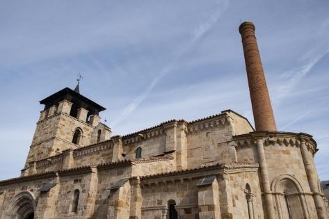 Iglesia románica y chimenea industrial del NH Palacio del Duero.