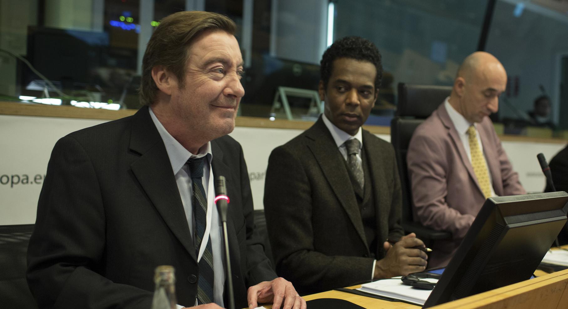 Michel Specklin (Philippe Duquesne) es un eurodiputado experto en escabullirse de todo.