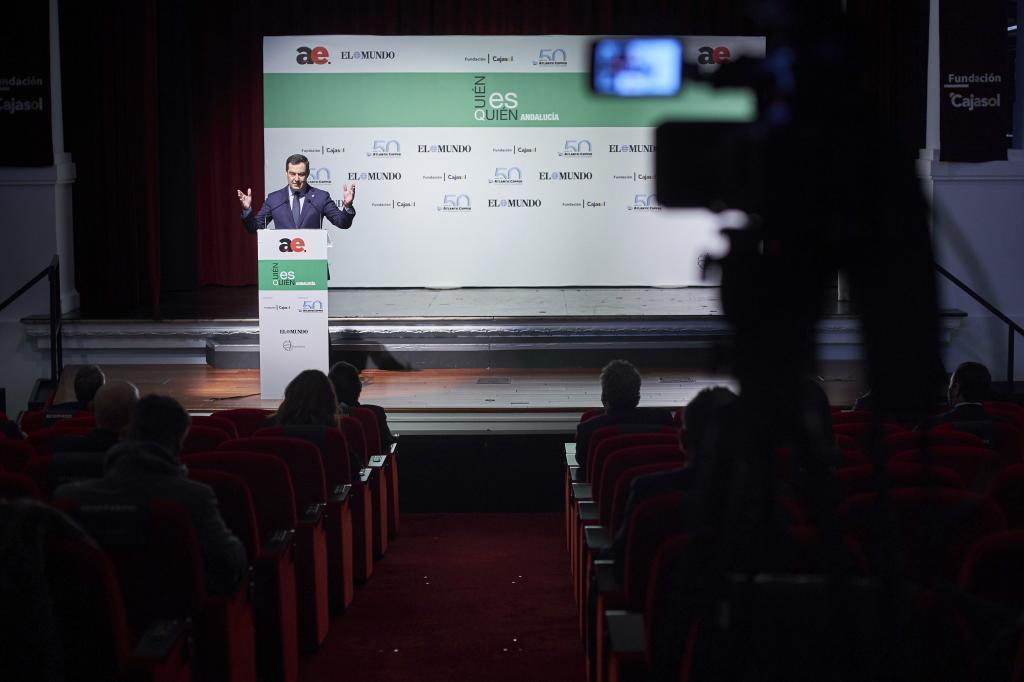 El presidente andaluz, Juanma Moreno, en un momento de su intervención en el Teatro Cajasol.