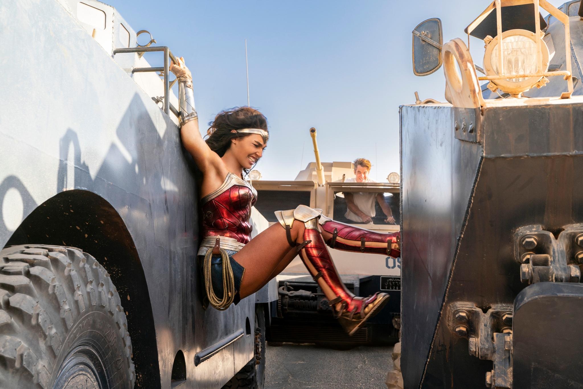 Wonder Woman (Gal Gadot) y Steve Trevor (Chris Pine) durante una escena de acción.
