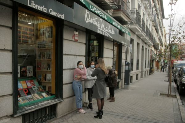Transeúntes se paran enfrente de una librería de la calle Fernando VI
