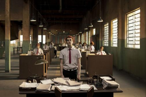 El protagonista de la serie en los despachos del ministerio angelical.