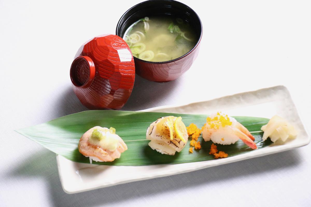 Temari sushi acompañado de sopa de miso.