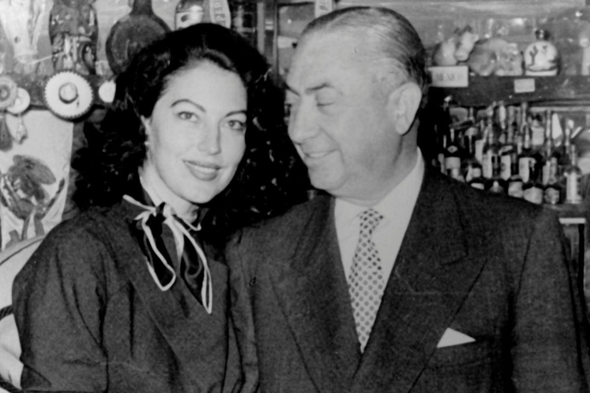 La actriz Ava Gardner y el barman Pedro Chicote.