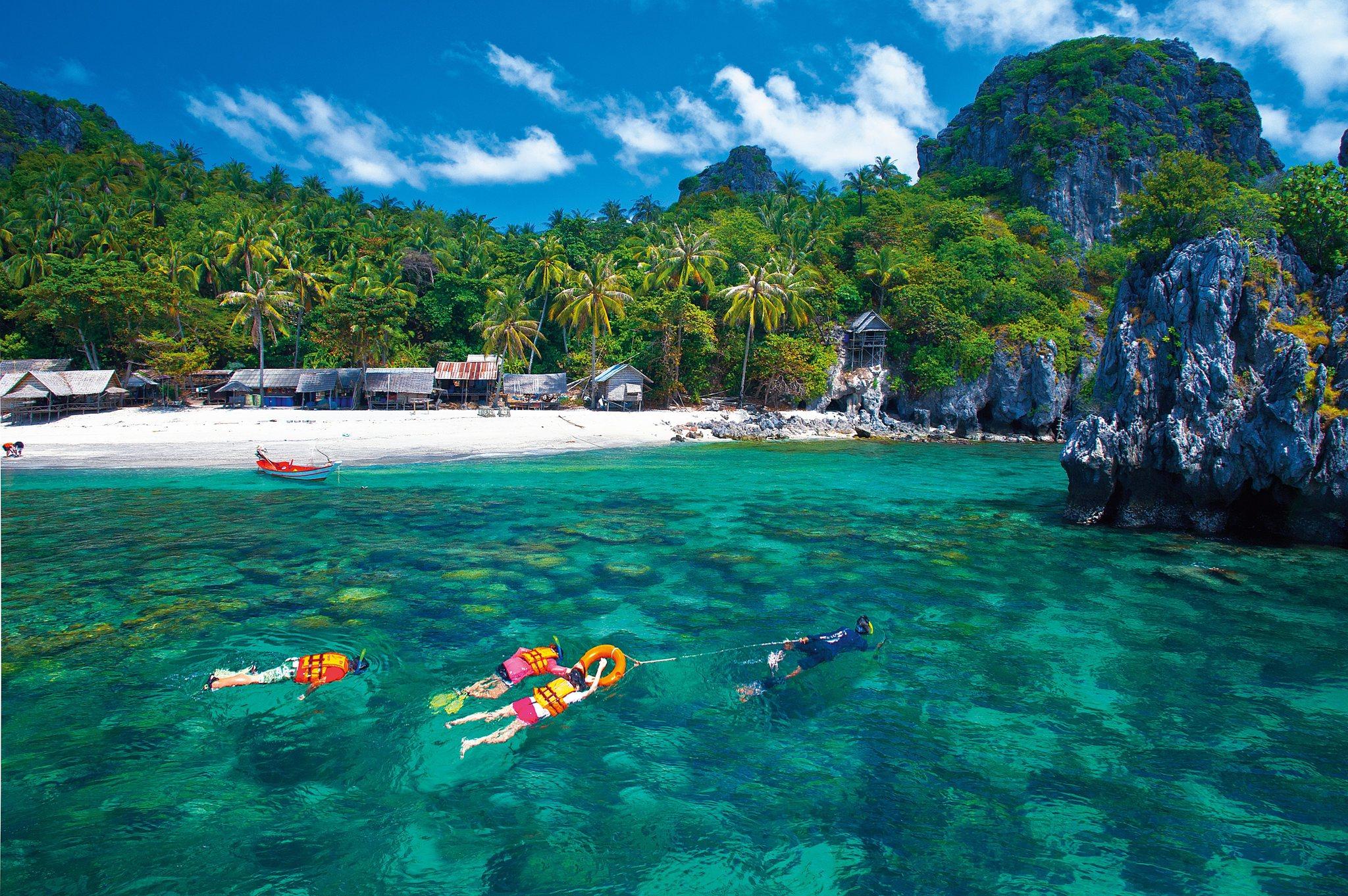 Turistas practicando 'snorkel' en Chumphon (Tailandia)