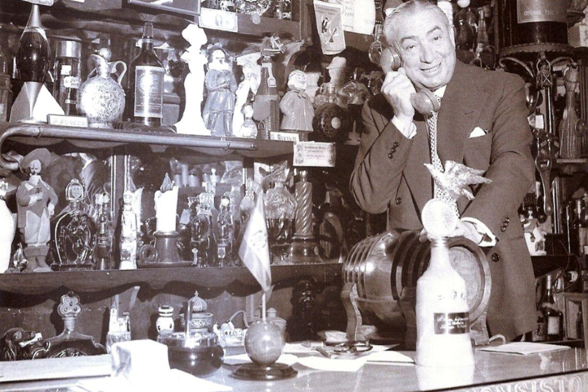 Pedro Chicote en su museo de botellas, en 1960.