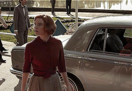 Gambito de dama ha popularizado el rojo veneciano. Foto: Netflix.