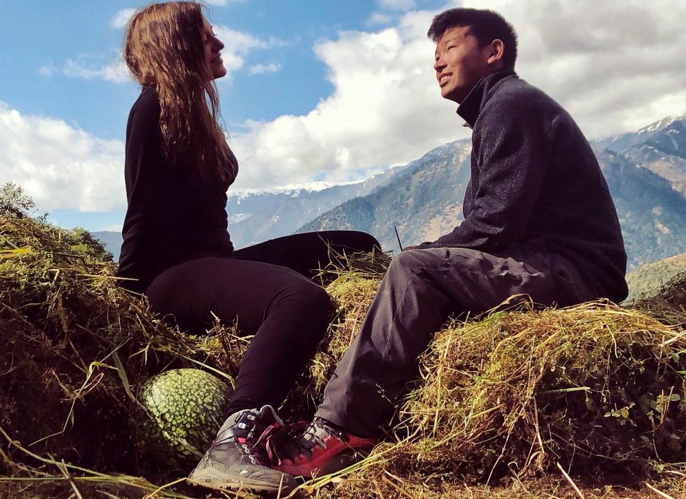 Siccardi y Nuru en los terrenos de cultivo de la familia de Lakpa, en...