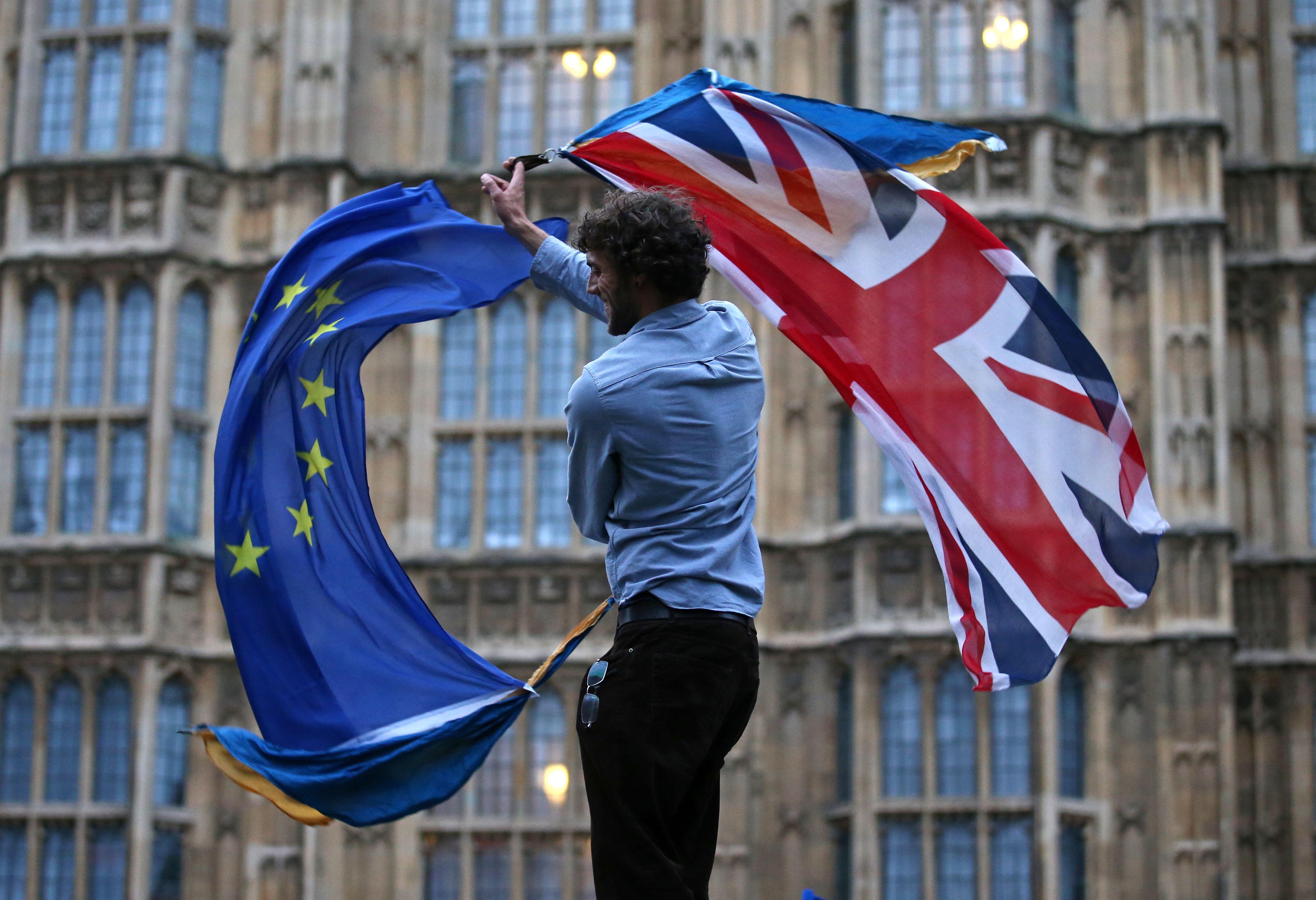 Banderas europeas y británicas.