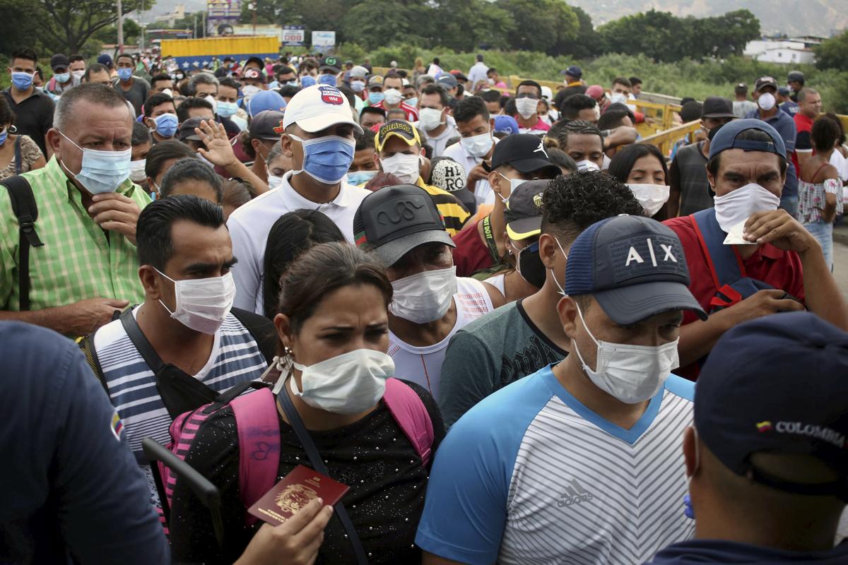 Venezolanos esperan para cruzar a Colombia en Cúcuta.