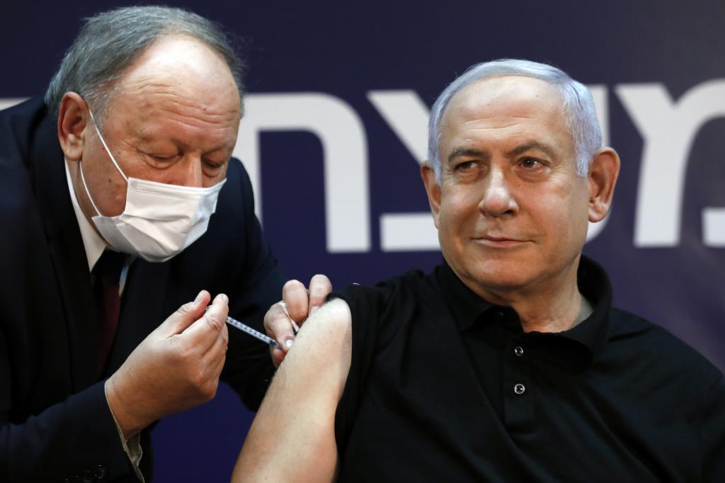 El primer ministro israelí, Benjamin Netanyahu, vacunándose.