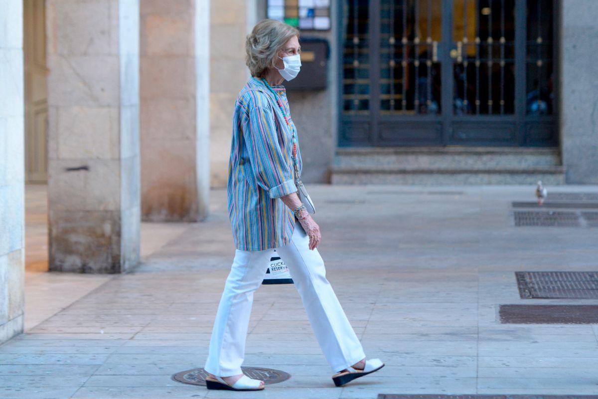 Doña Sofía, fotografiada sola de compras por las calles de Palma de Mallorca.