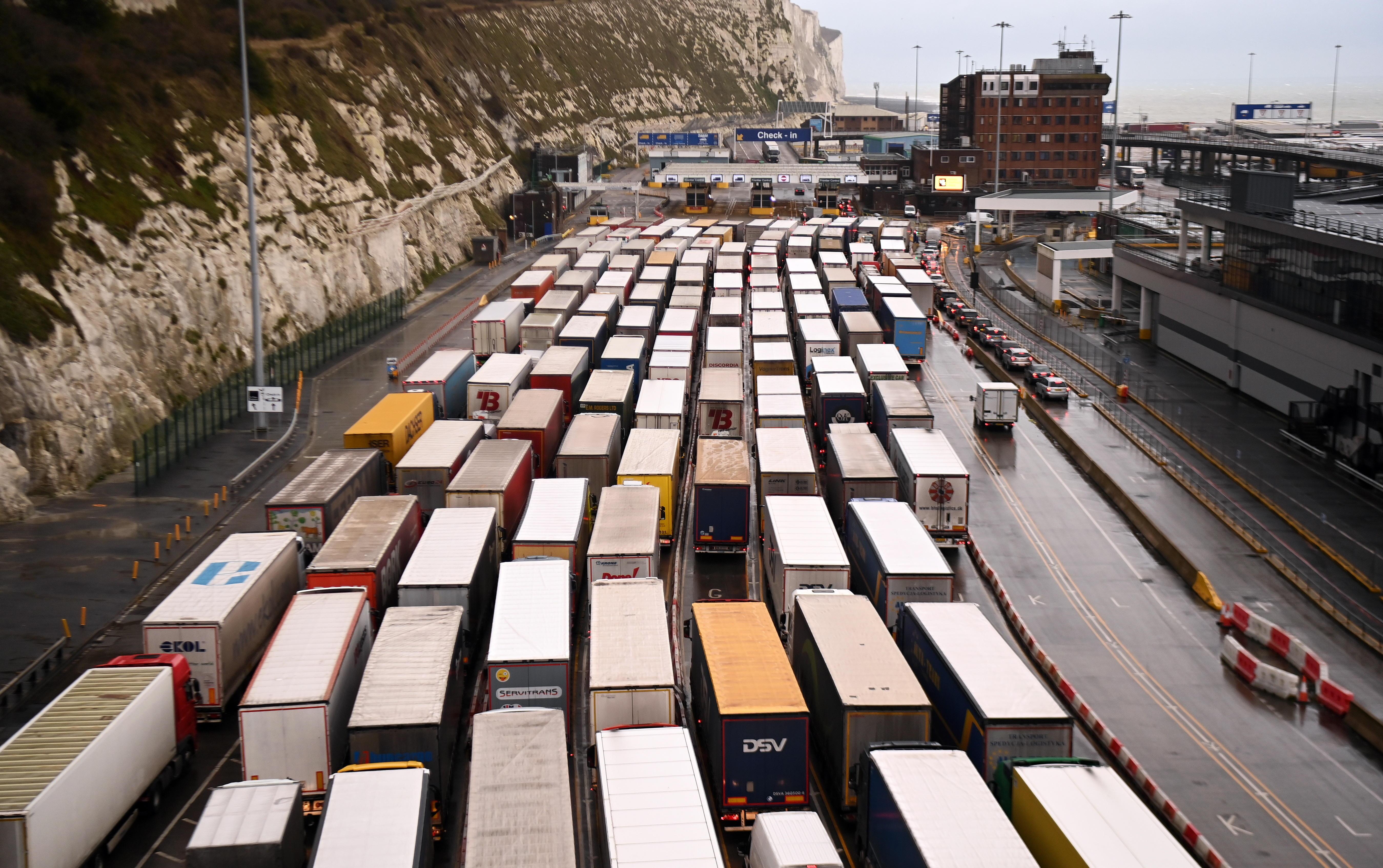 Largas colas de camiones en el puerto de Dover.