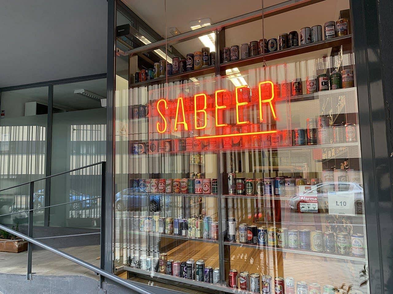 E local de Sabeer tiene centenares de envases históricos de cerveza, algunos sin abrir