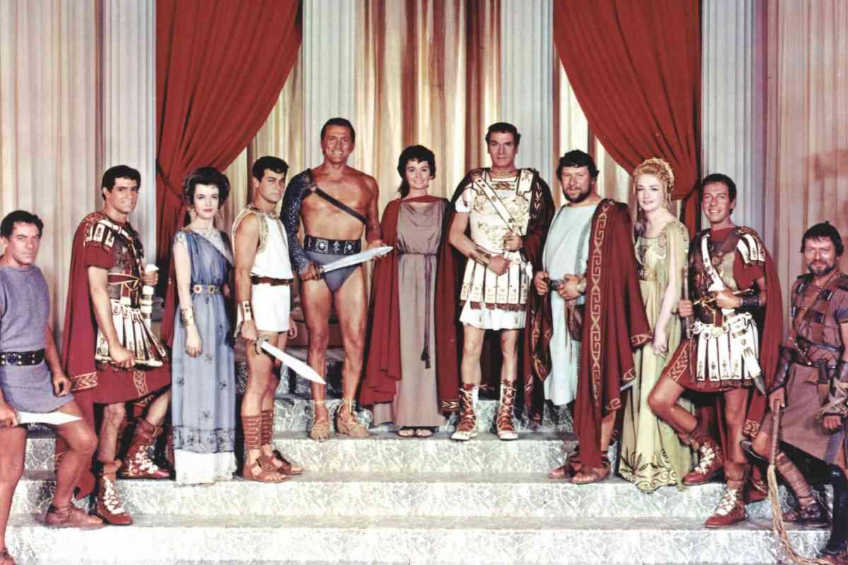 Douglas, en el centro, con el torso desnudo, con parte del elenco del filme.