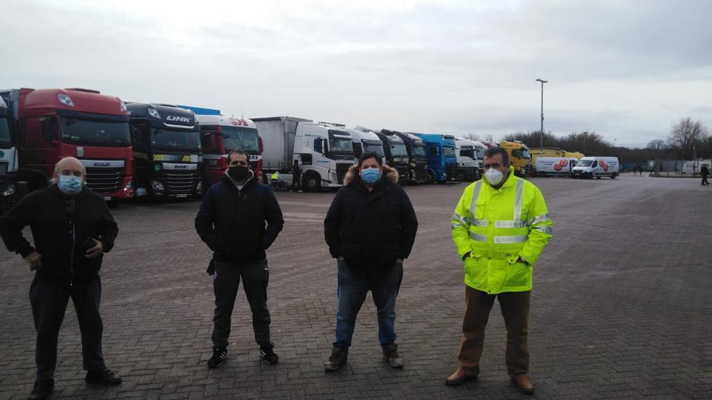 Camioneros españoles varados en un área de servicio.