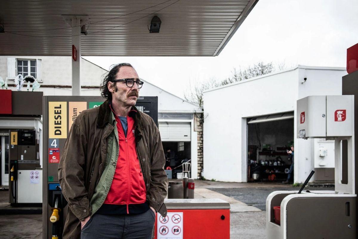 Un ciudadano anónimo se enfrenta a desconocidos en una gasolinera.