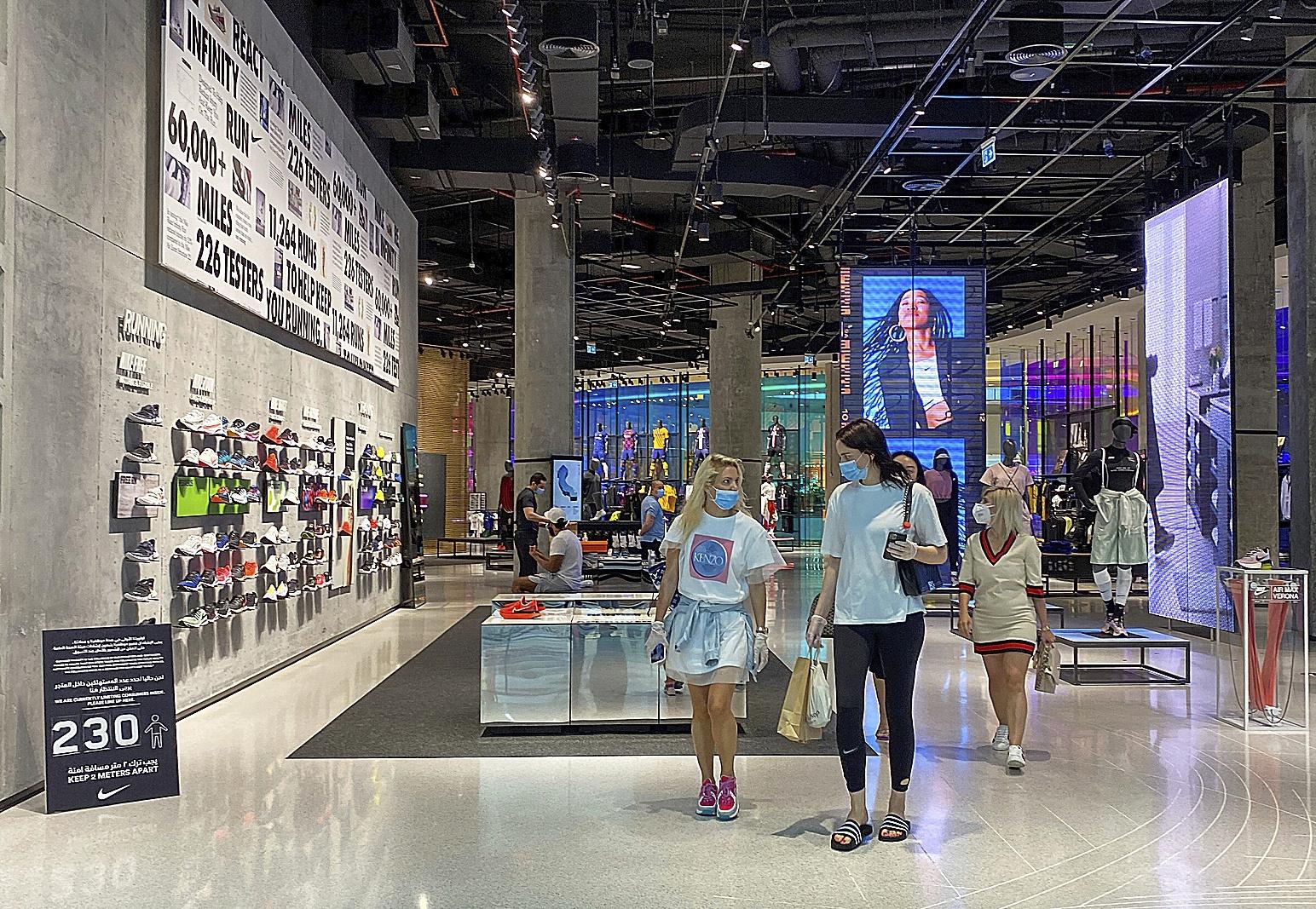 Varias mujeres pasean por centro comercial de Dubai.