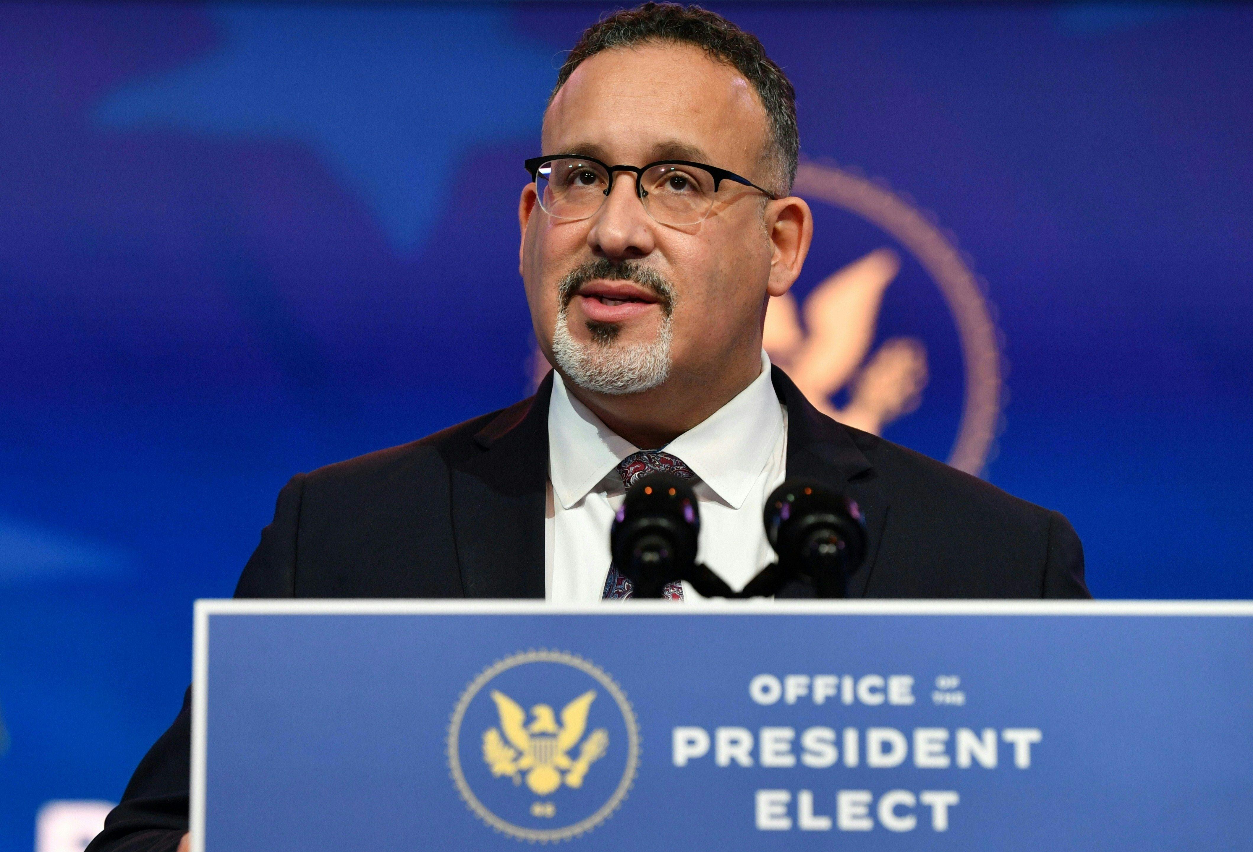 El nominado por Joe Biden, Miguel Cardona.