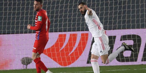 Benzema festeja el 2-0 en el tiempo añadido.