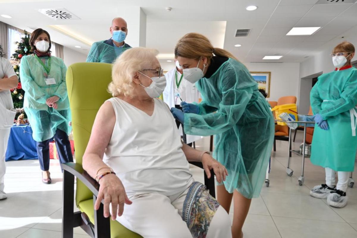Pilar, vacunándose contra el coronavirus en una residencia de Granada.