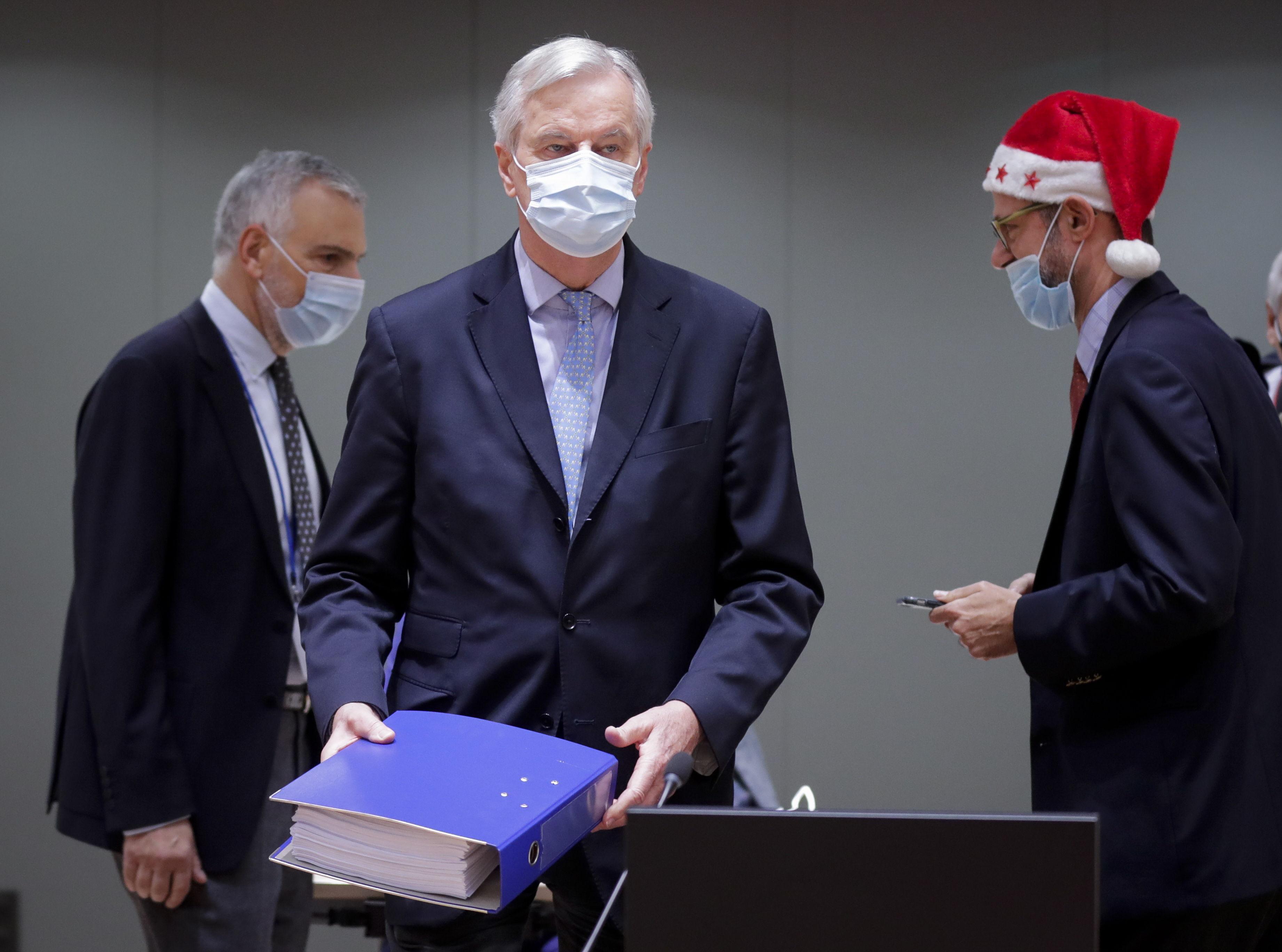 Barnier, con el archivador del acuerdo del Brexit en Bruselas.