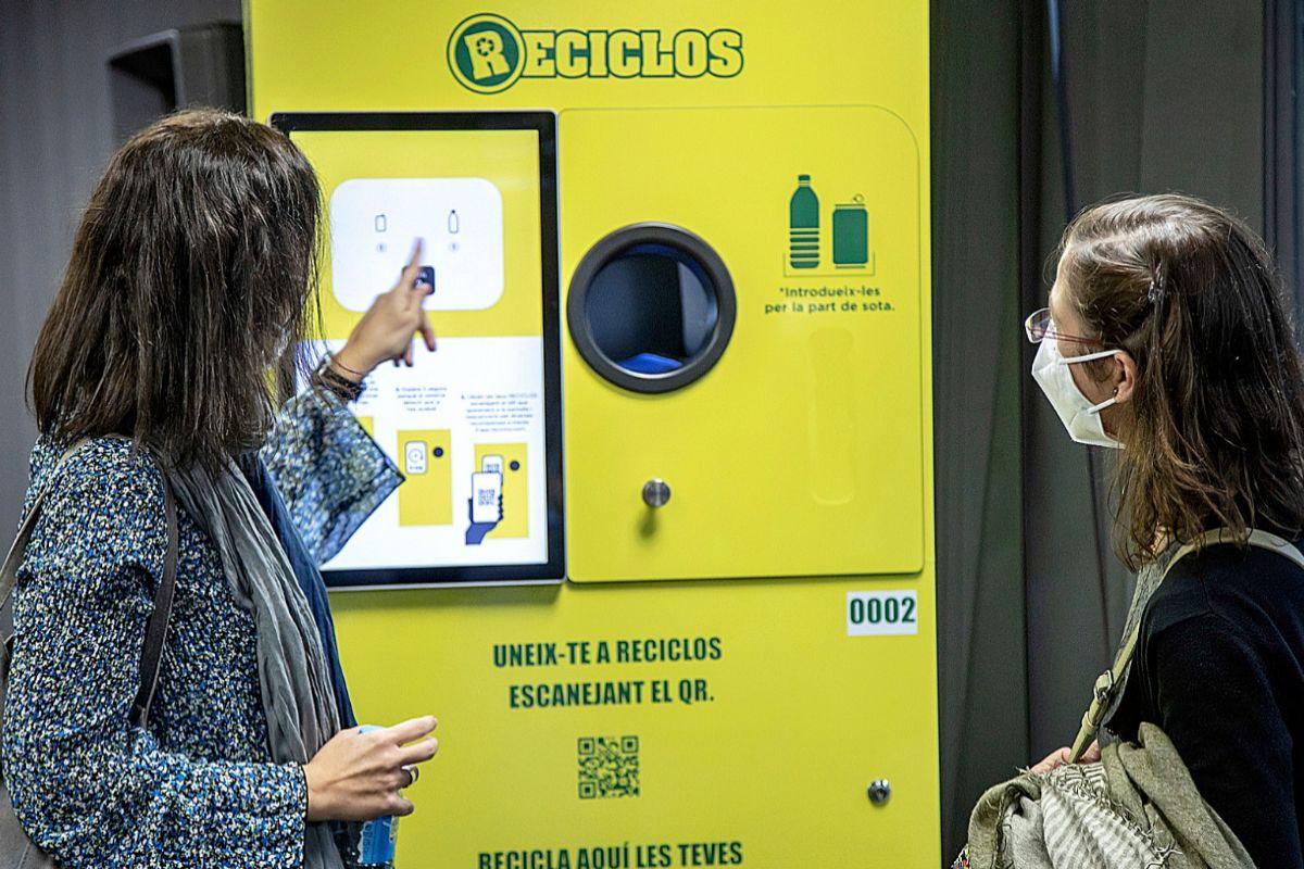 Dos mujeres junto a una de las máquinas instaladas en lugares públicos para depositar envases.