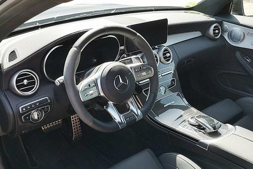 El interior incorpora en nuevo volante AMG y nueva pantalla.
