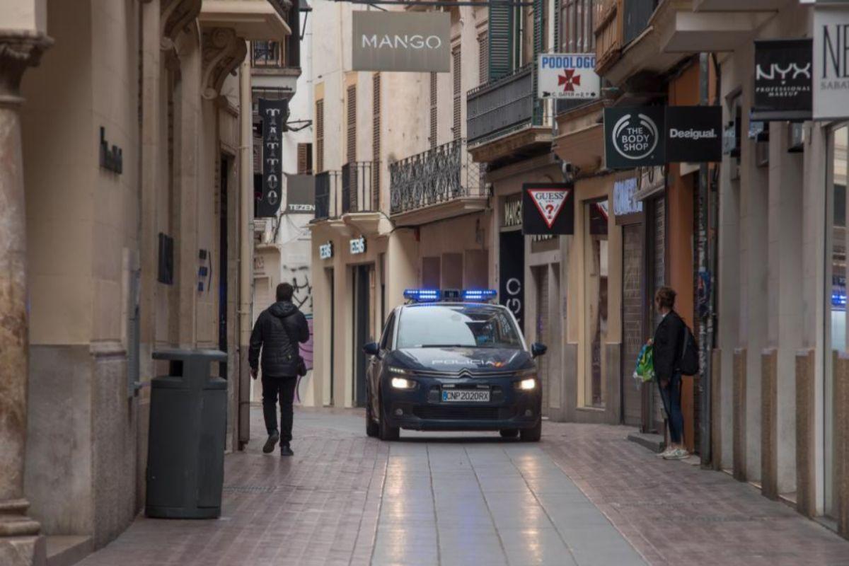 Un coche policial patrulla por las calles vacías de Palma durante el confinamiento.
