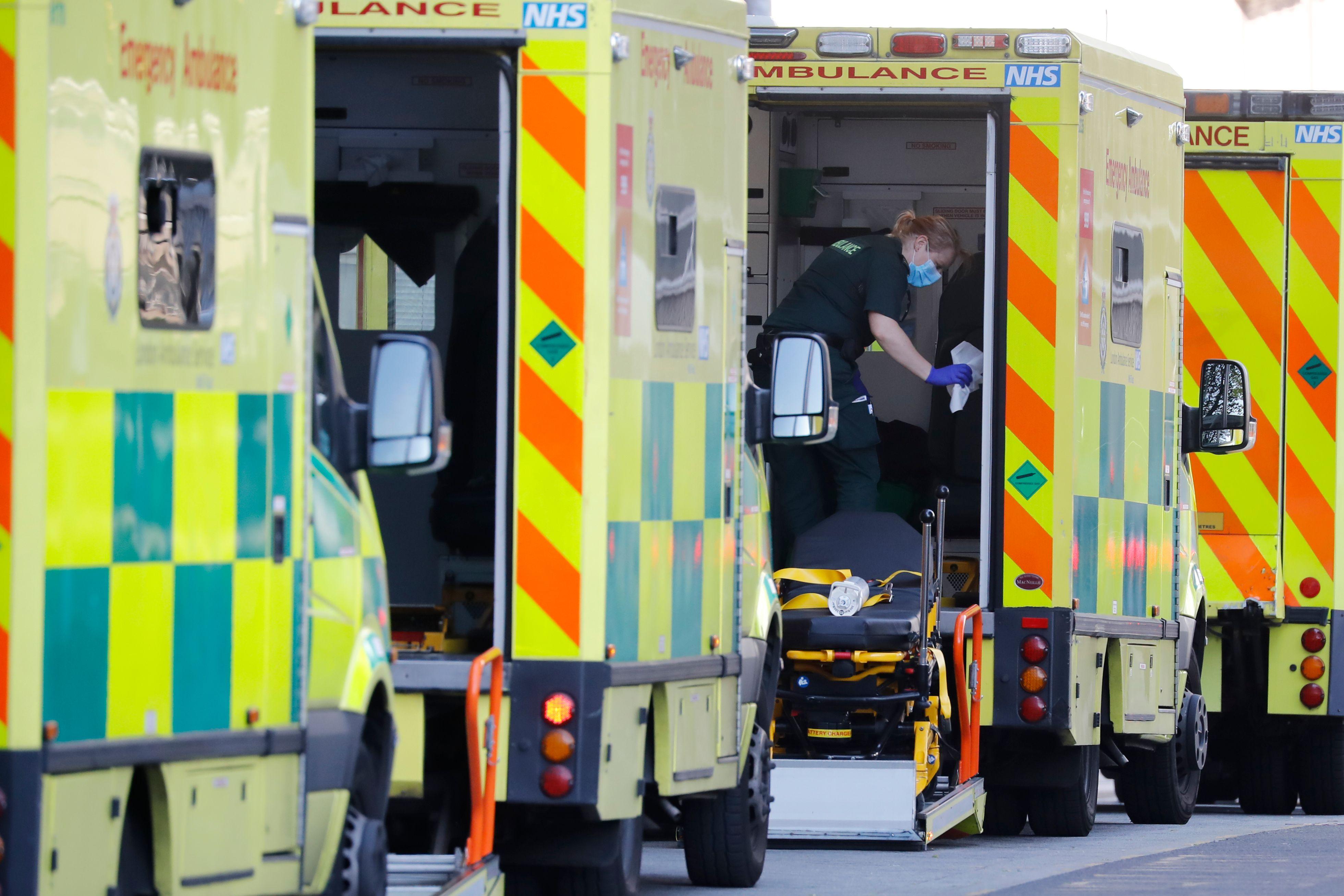 Ambulancias en un hospital de Londres.