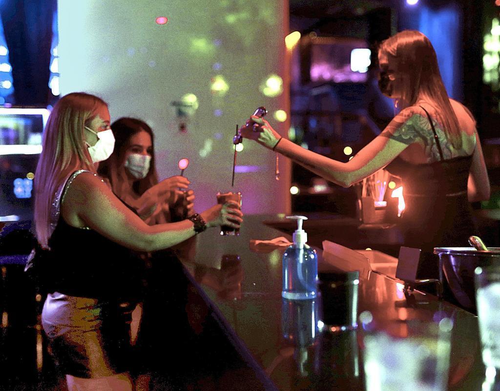Una camarera sirve una copa en una discoteca de Madrid.