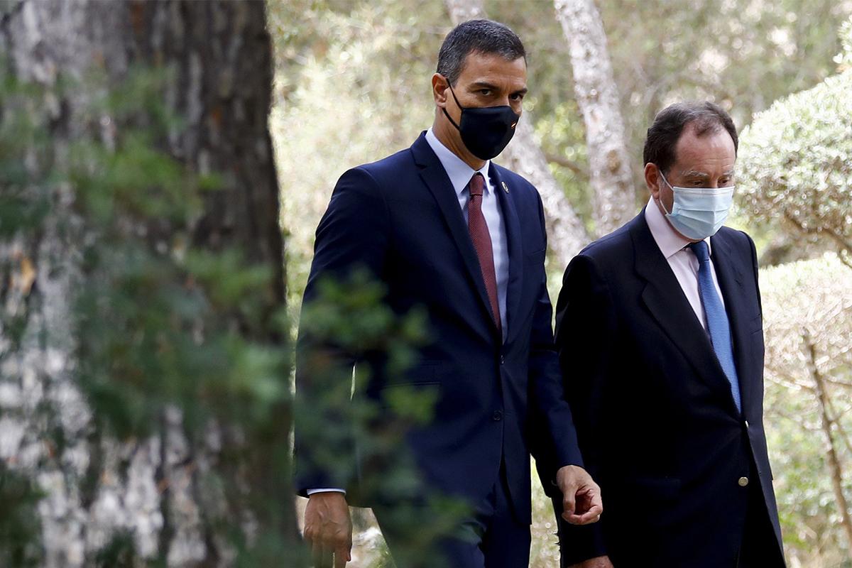 El presidente del Gobierno, Pedro Sánchez, y el jefe de la Casa del Rey, Jaime Alfonsín, este agosto en Palma de Mallorca. BALLESTEROS / EFE