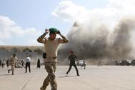 Fuerzas de seguridad en el aeropuerto de Aden tras las explosiones.