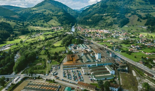 Imagen aérea de la factoría de Los Corrales de Buelna