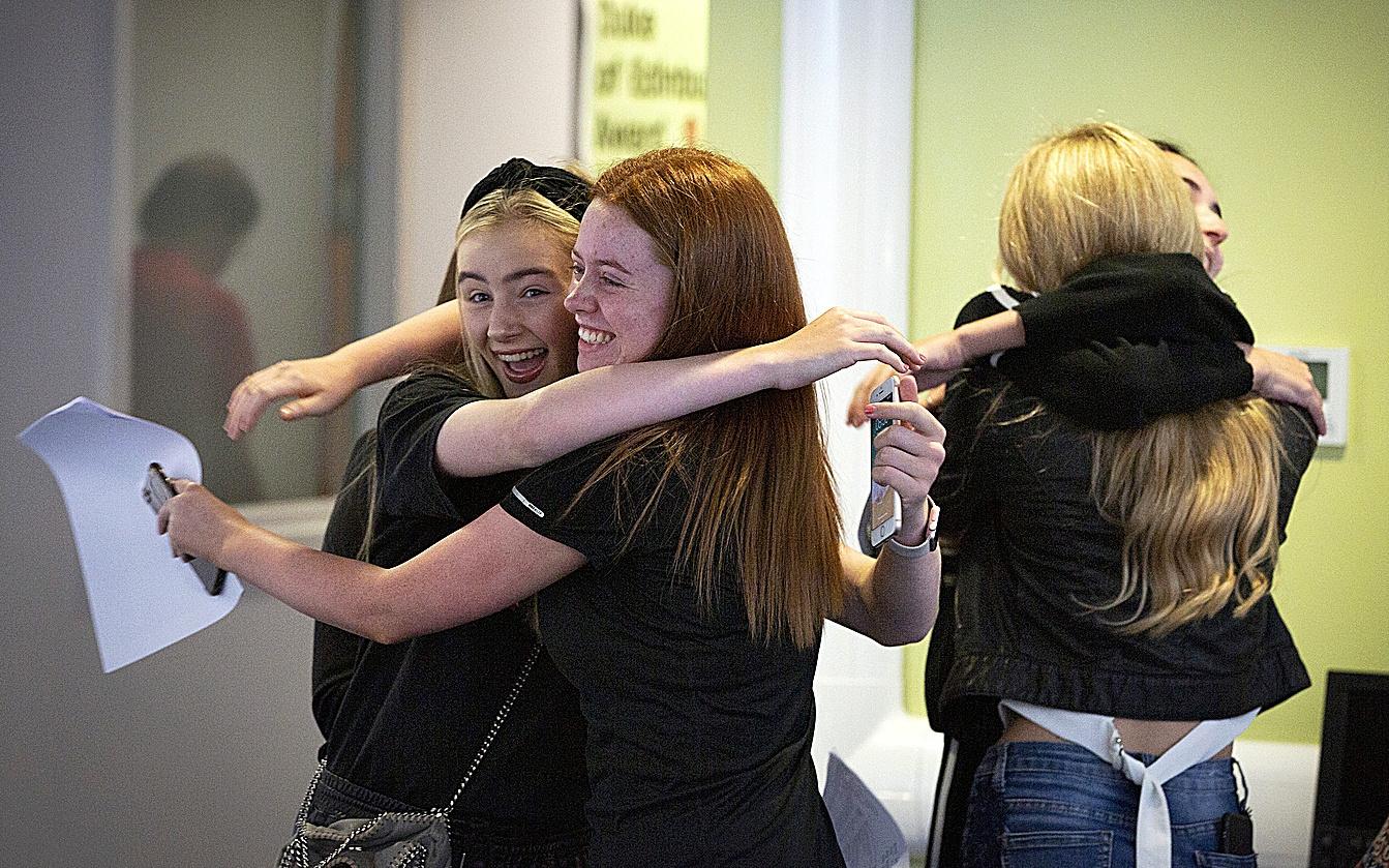دانشجویان لیورپول اولی را جشن می گیرند