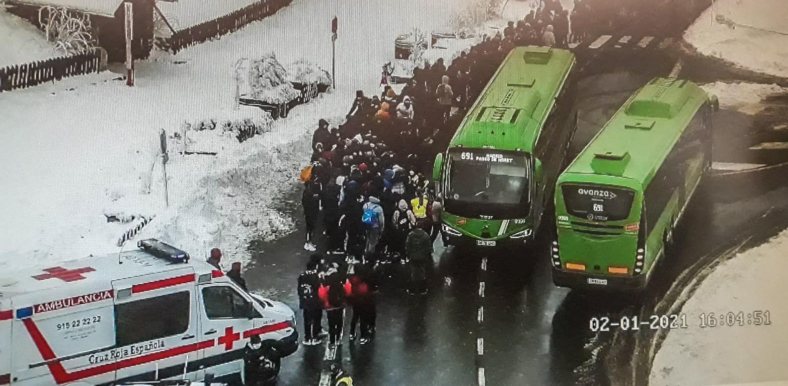 Decenas de personas esperan para coger el autobús en Cotos.