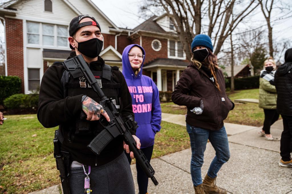 یکی از اعضای مسلح سیاه زندگی در نزدیکی خانه سناتور میچ مک کانل مهم است