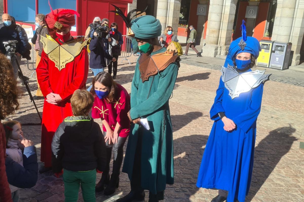La delegada de Cultura, Andrea Levy, y los pajes presentan la Cabalgata de Reyes