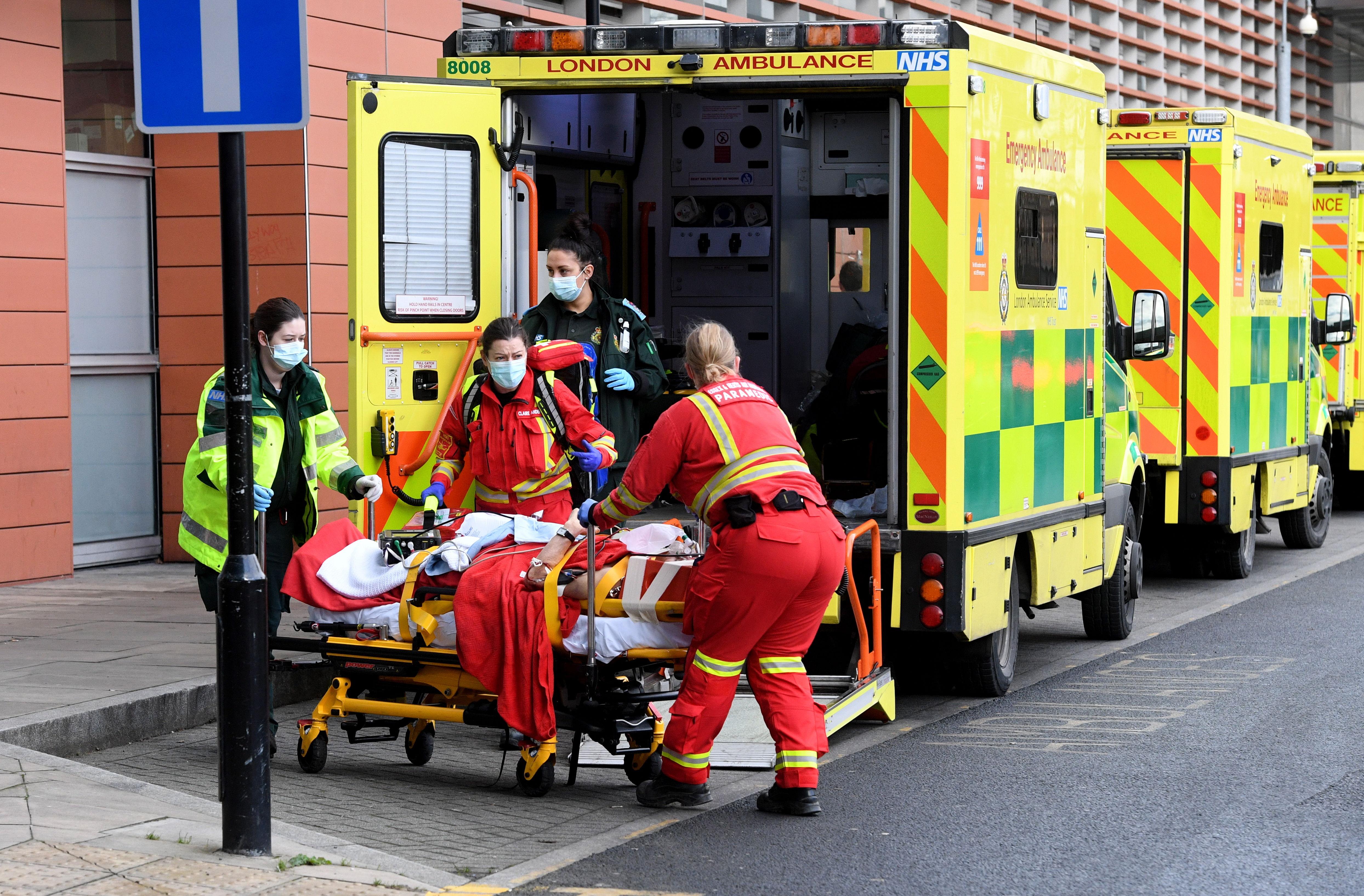 متخصصان بهداشت به یک بیمار در لندن کمک می کنند.