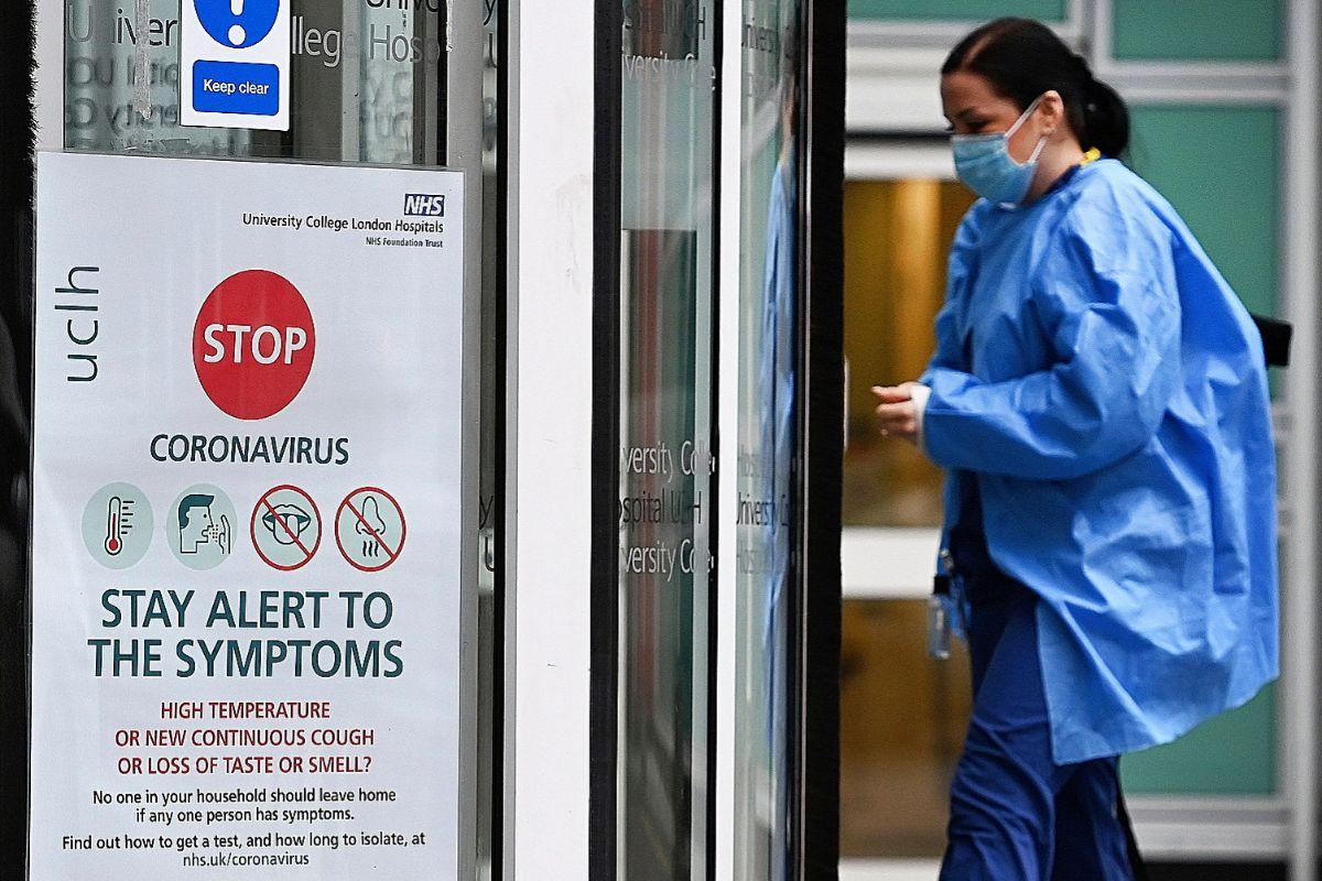 Un sanitario del NHS (National Health Service), el sistema nacional de salud británico, en un hospital de la fundación University College London Hospitals.
